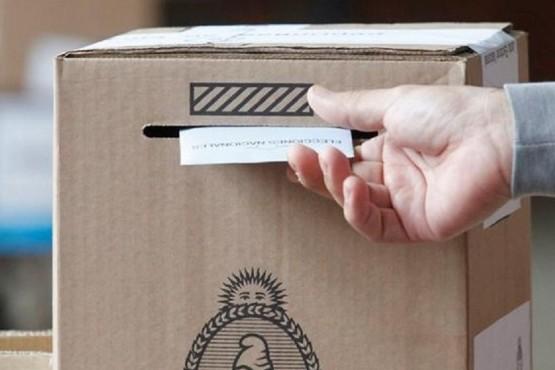 El voto en la urna.