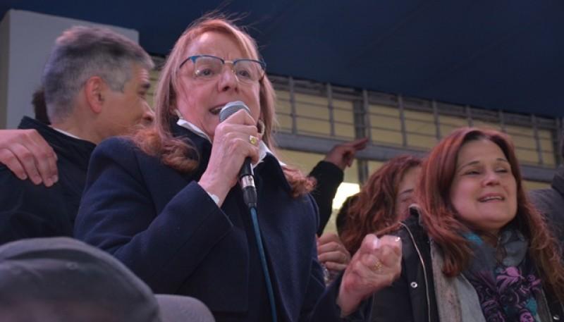 La Gobernadora resaltó el triunfo de Grasso, González y Vessvessian. (C. Robledo)