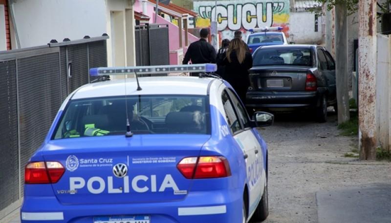Personal de la Comisaría Primera realizó el allanamiento en el barrio 499. (Foto: C.G.)