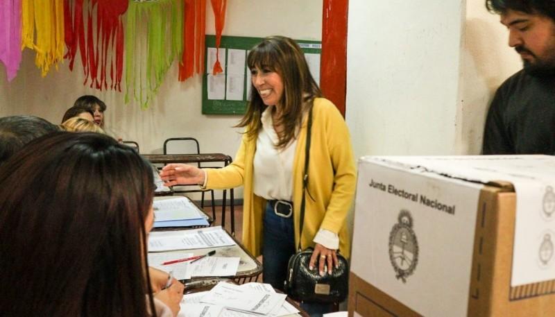 Roxana Reyes votando ayer por la mañana.
