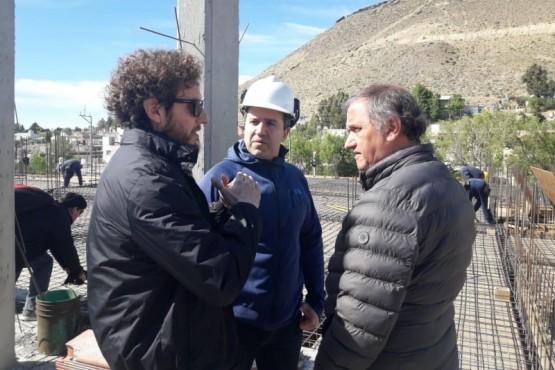 Carlos Linares en la obra del hotel.