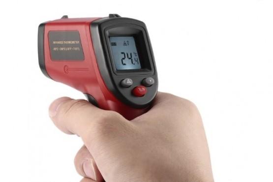 Un termómetro digital infrarrojo