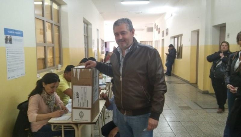 Leandro Fadul al momento de emitir el voto.