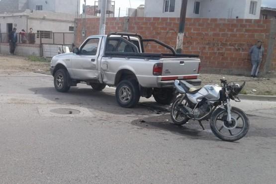Choque entre camioneta y moto.