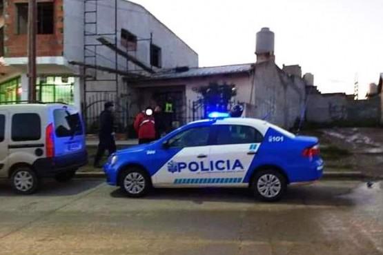 Los efectivos policiales en el lugar del allanamiento.