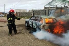 Circulaba por las calles del San Benito y se le prendió fuego el auto