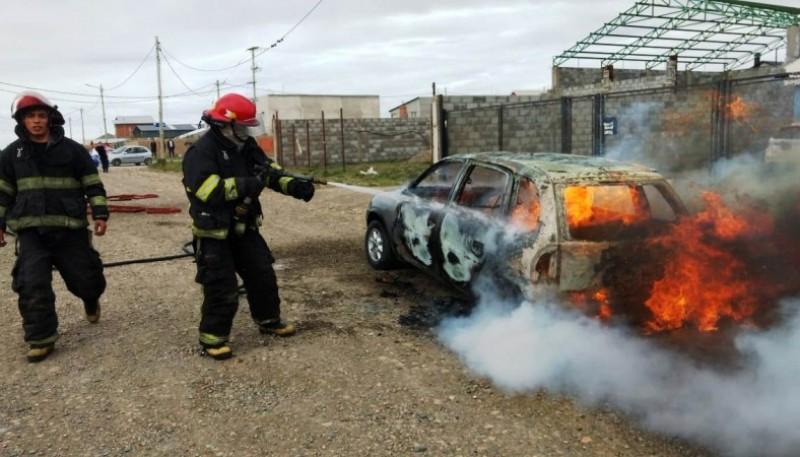Bomberos apagando las llamas sobre el Chevrolet Corsa (Foto: C. González).