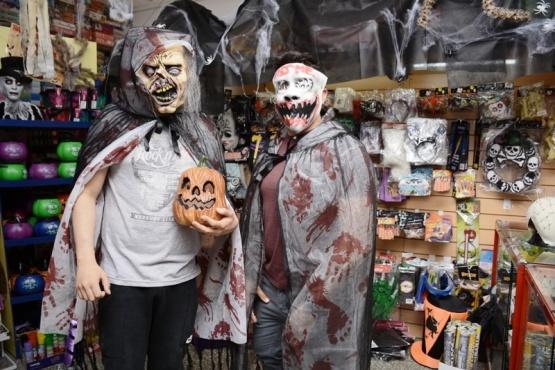 Los comercios ya se prepararon para la Noche de Brujas.