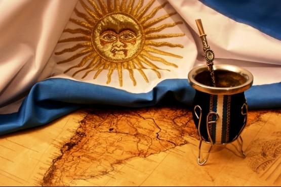 La bandera argentina y el mate.