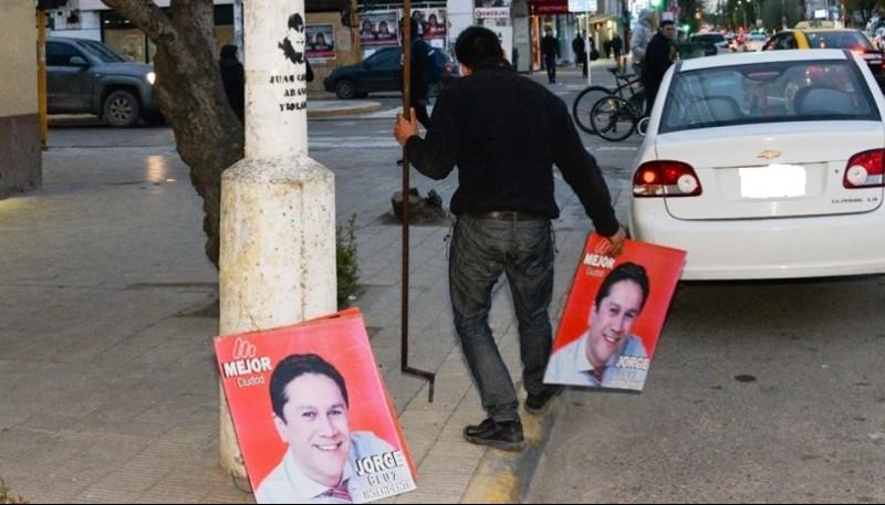 Comenzó la remoción de carteles de Jorge Cruz