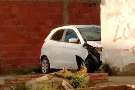 El auto terminó contra el portón. (Foto: C.G.)
