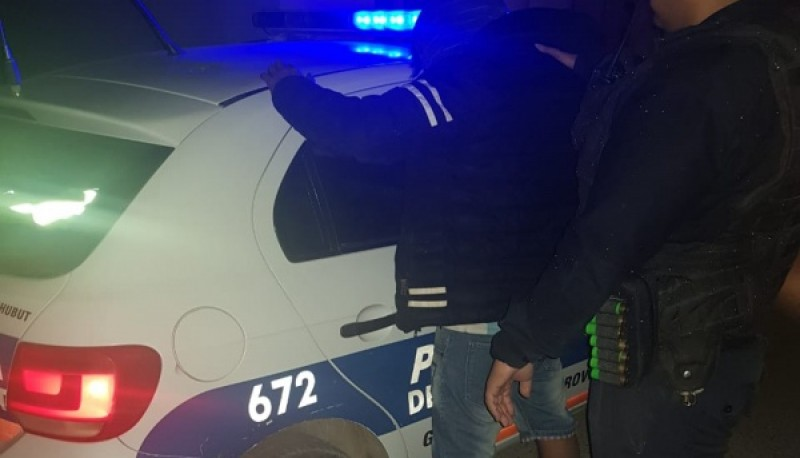El sujeto detenido contra el patrullero.