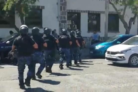 Momentos de tensión en la manifestación de docentes en Gobierno