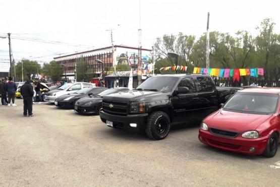 El estacionamiento se colmó de autos y motos.