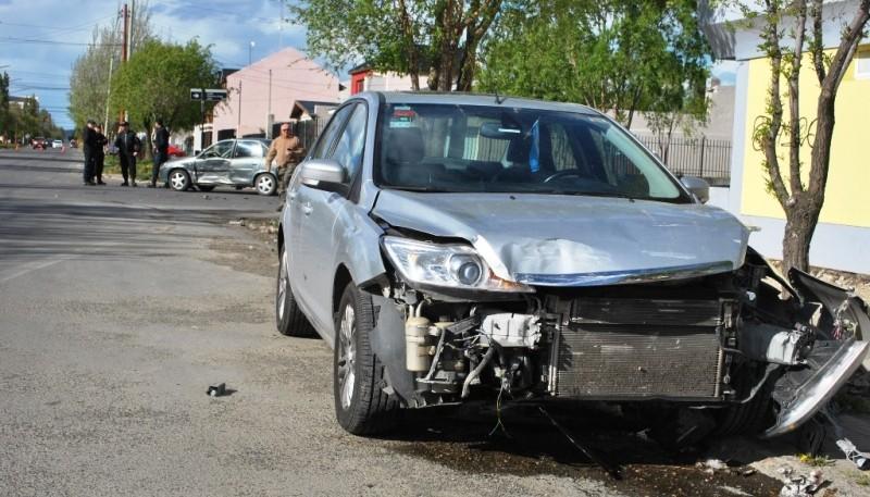 Personal de la Comisaría Primera en el lugar del accidente.