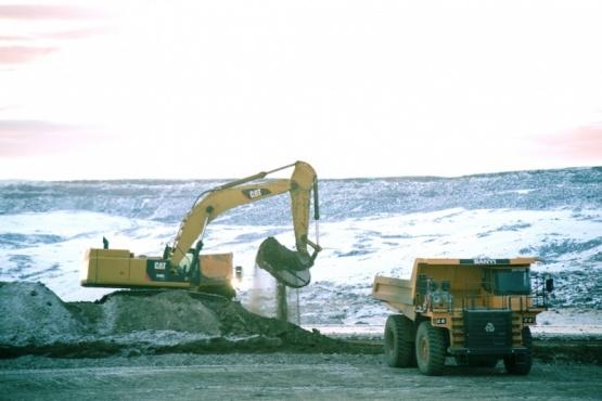 Maquinaría trabajando en las represas.