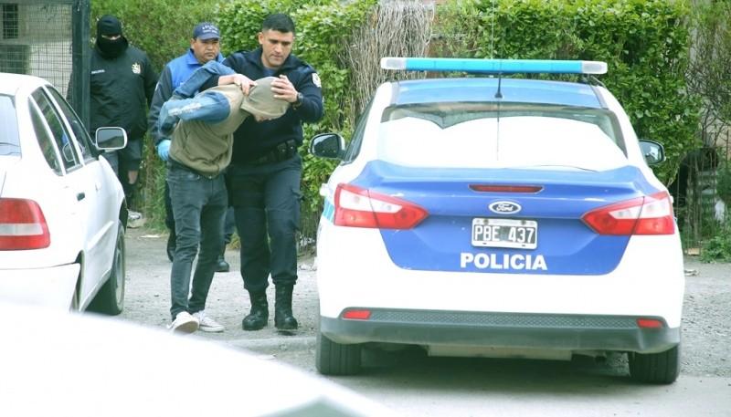 Momento en que uno de los sospechosos es trasladado a la dependencia. (Foto: C.G.)