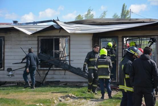 Destrozos por incendio en la vivienda de Los Álamos (Foto C.R.)