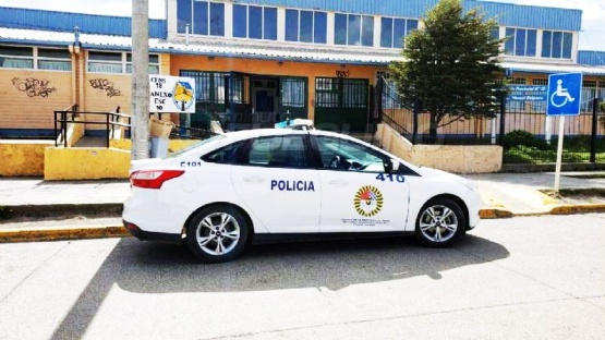 Policía frente al colegio.