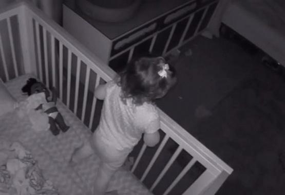 Un nene ayuda a su hermana a salir de la cuna para dormir juntos en su cama