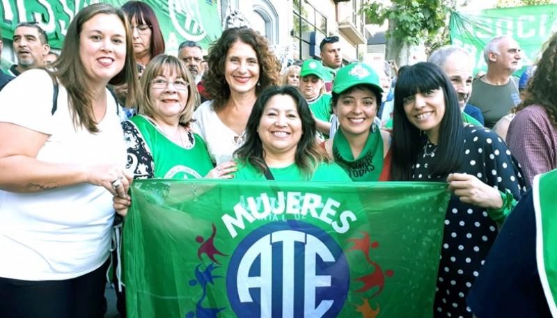 Alba Curaqueo (en el centro), ayer en asunción de autoridades de ATE.