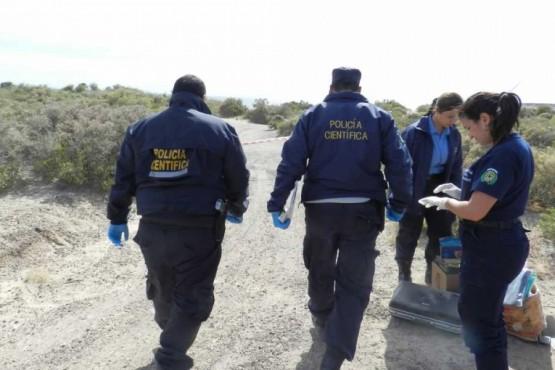 Policía Científica llegando al lugar donde se halló el cuerpo.