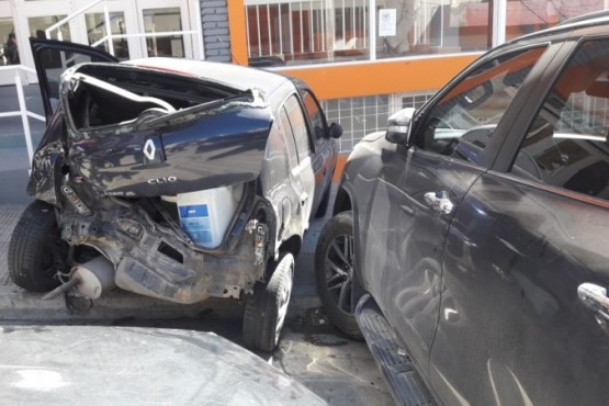Se quedó sin frenos y chocó tres vehículos estacionados