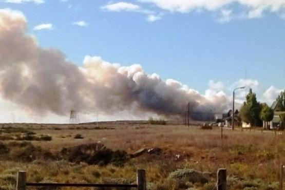 El humo que surge del incendio en el vaciadero.
