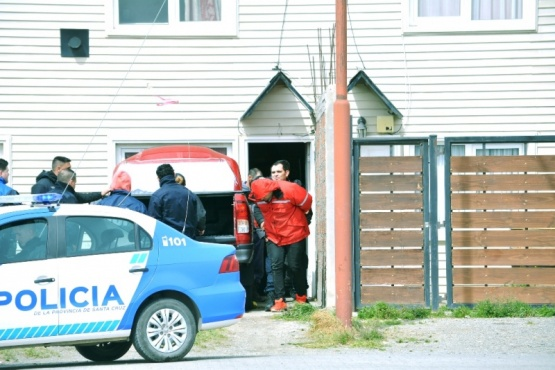 Momento en que conducen a uno de los sospechosos a la dependencia. (Foto: C.R.)