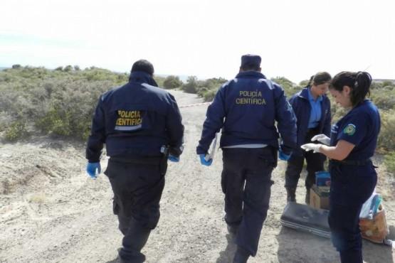 Policía científica llegando al lugar donde se encontró el cuerpo.