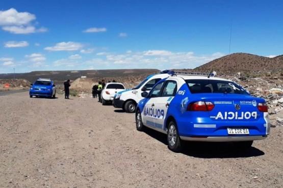 La policía en el basural clandestino (Foto Voces y Apuntes).