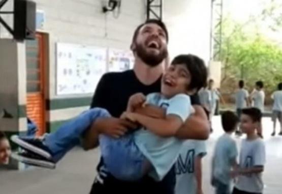 Captura de pantalla. La alegría del nene y su profesor quedó plasmada en un video.