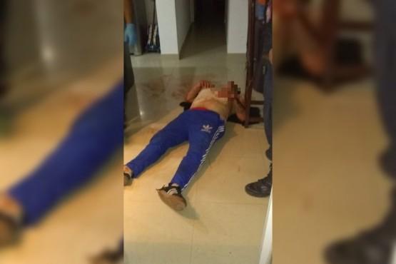 La víctima tendida en el piso tras la golpiza.