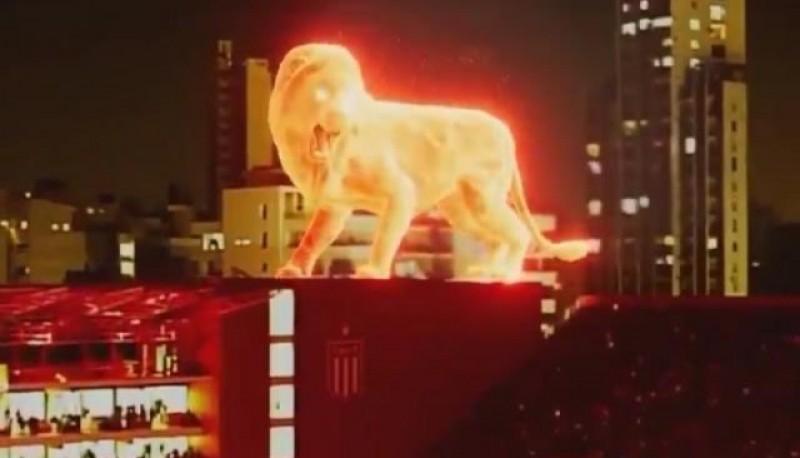 El león de fuego sobre el estadio