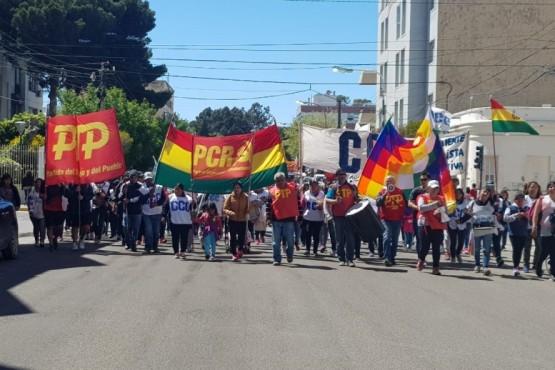 La gente movilizada en las calles de Comodoro.