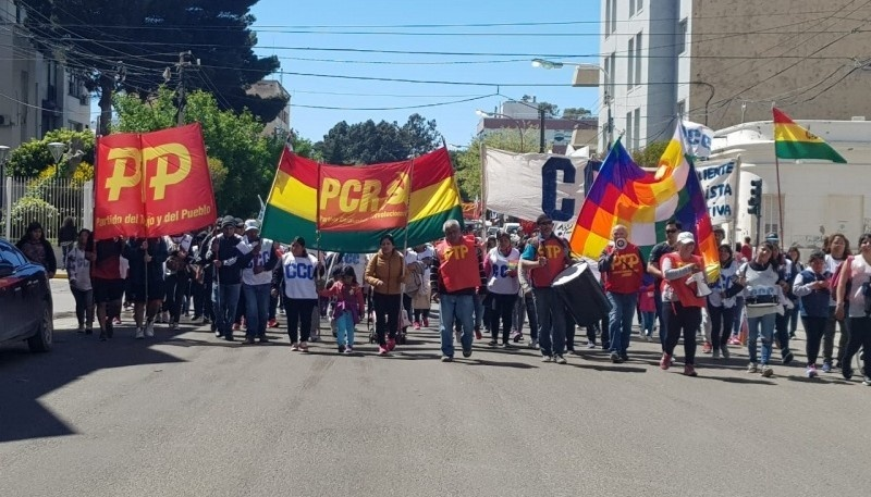 La gente movilizada en las calles de Comodoro Rivadavia.