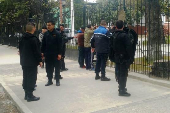 Los trabajadores previo a ser trasladados a la comisaría (Foto: N.D).