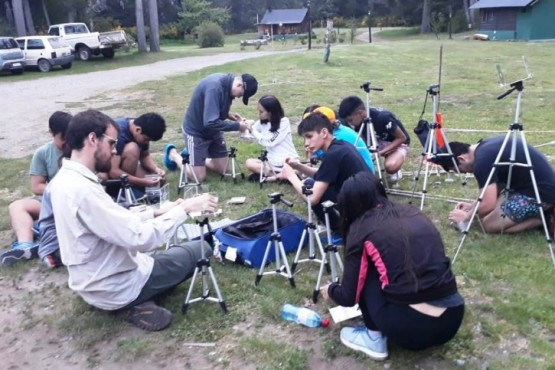 Estudiantes participan de un campamento científico.