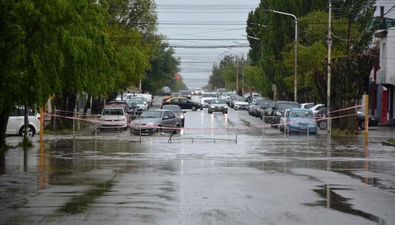 Calle Zapiola inundada y cortada (Foto: C.Robledo)