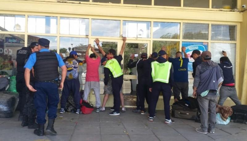 Migraciones y Policía en la terminal