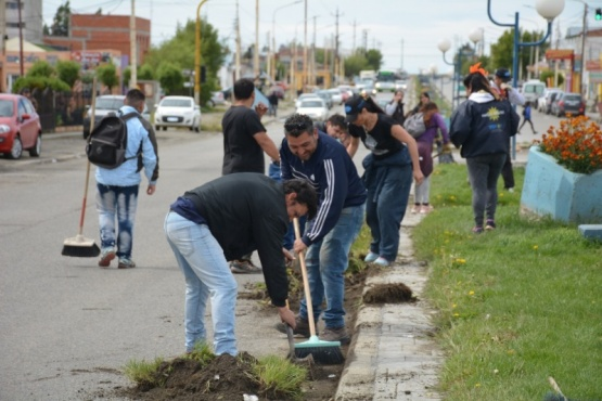 A las 10:00 comenzaron la limpieza del bulevar (C.Robledo).