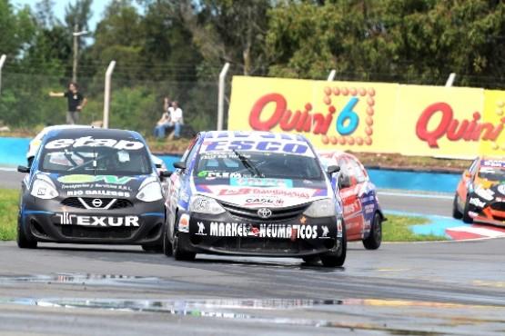 Los autos en carrera.