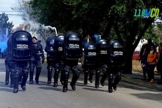 El personal de las Fuerza Especiales desfilaron con bengalas.