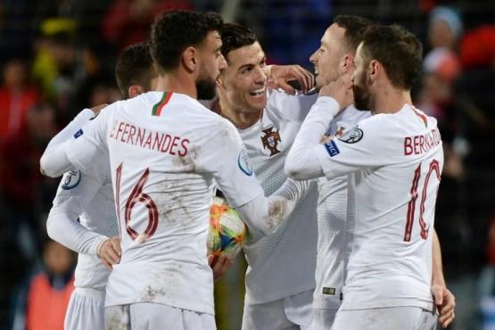 Cristiano Ronaldo celebrando la clasificación con sus compañeros de equipo.