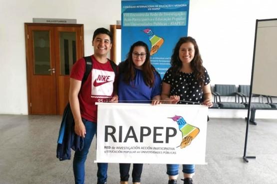 Natalia Michniuk con los alumnos Miguel Miño y Florencia Valencio de la Lic. en Psicopedagogía.