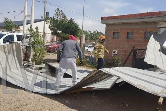 Personal de Protección Civil trabajando ante voladura de techo.