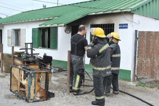 Tres dotaciones de bomberos trabajaron en el lugar. (Fotos: J.C.C.)
