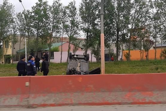 El automóvil volcado en la autovía. (Foto Facebook)