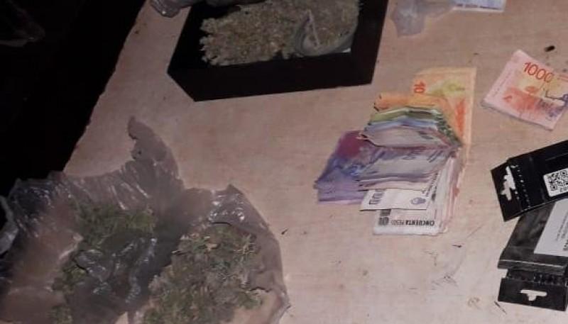 Marihuana y dinero incautado.