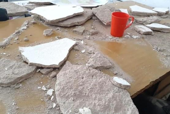 Restos del techo sobre la mesa de la docente